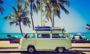 Pemandangan mobil vw combi yang digunakan selama merayakan liburan impian di pantai