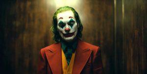 Joaquin Phoenix, pemeran utama Joker dalam kostum dan riasan wajah badut