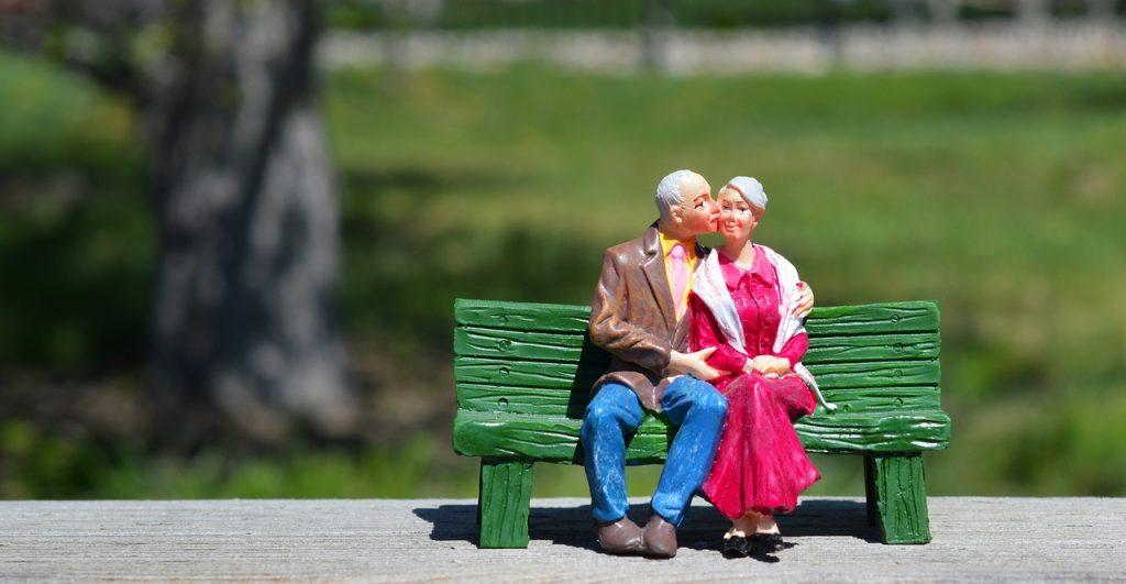 Boneka yang menggambarkan pasangan di usia pensiun mesra dan bahagia