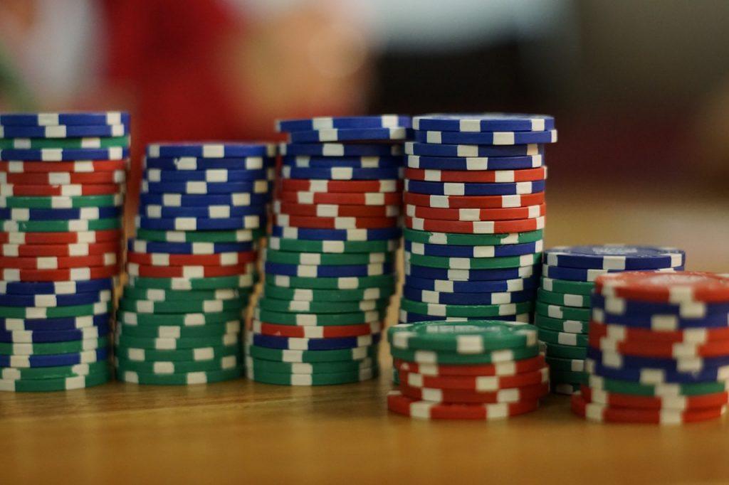 Poker chip (termasuk blue chip) untuk ilustrasi investasi saham di Ajaib