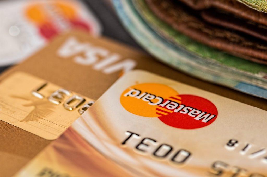 selain mendapatkan buku tabungan, kamu juga akan mendapatkan kartu atm ketika membuka akun bank