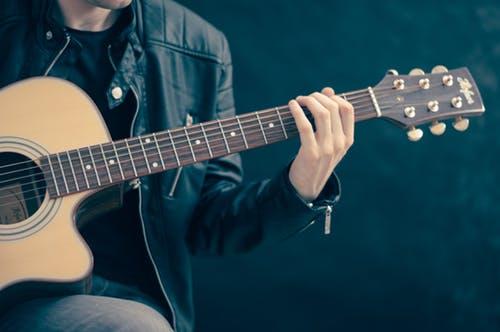 Kunci Gitar Kalung Emas, Kolaborasi Antara Musik dan Investasi