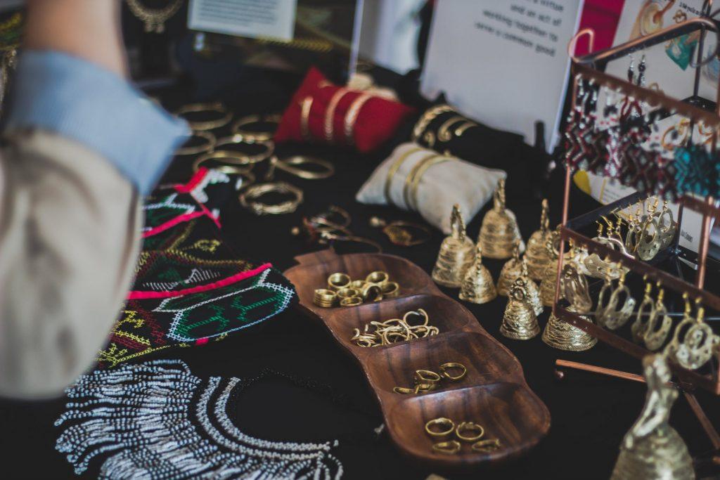 Alasan Wanita Memilih Anting Emas untuk Investasi