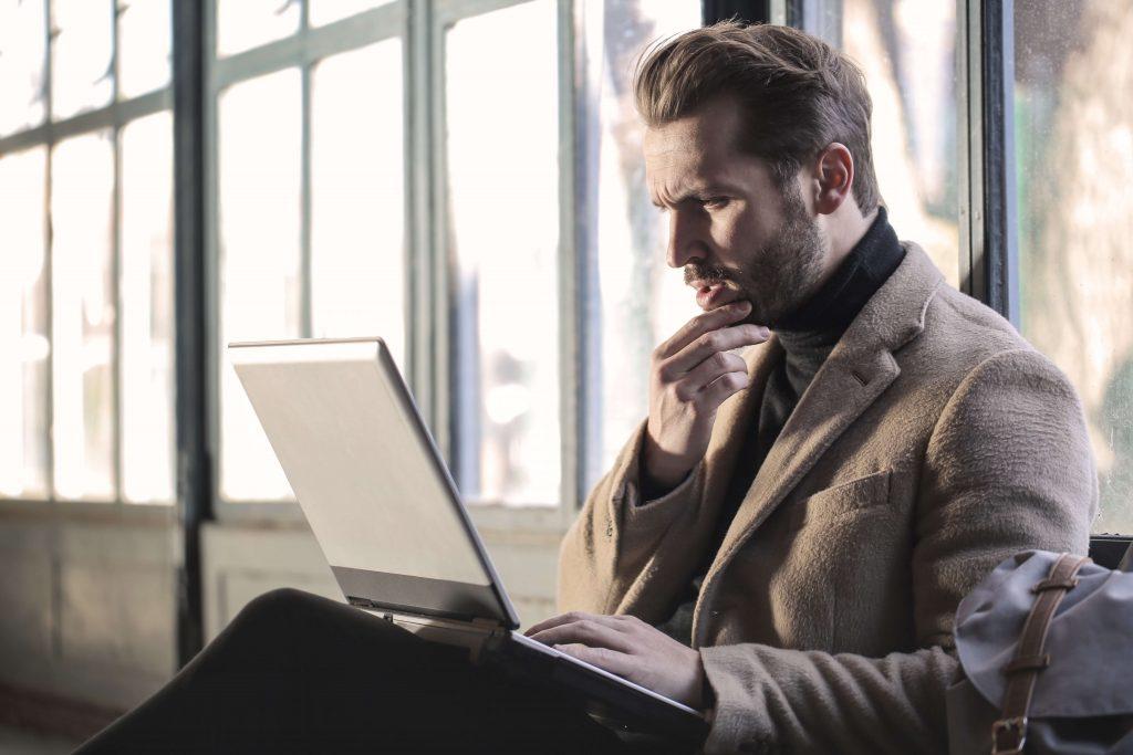 Seorang pria sedang bimbang menentukan kapan waktu yang tepat menjual investasi
