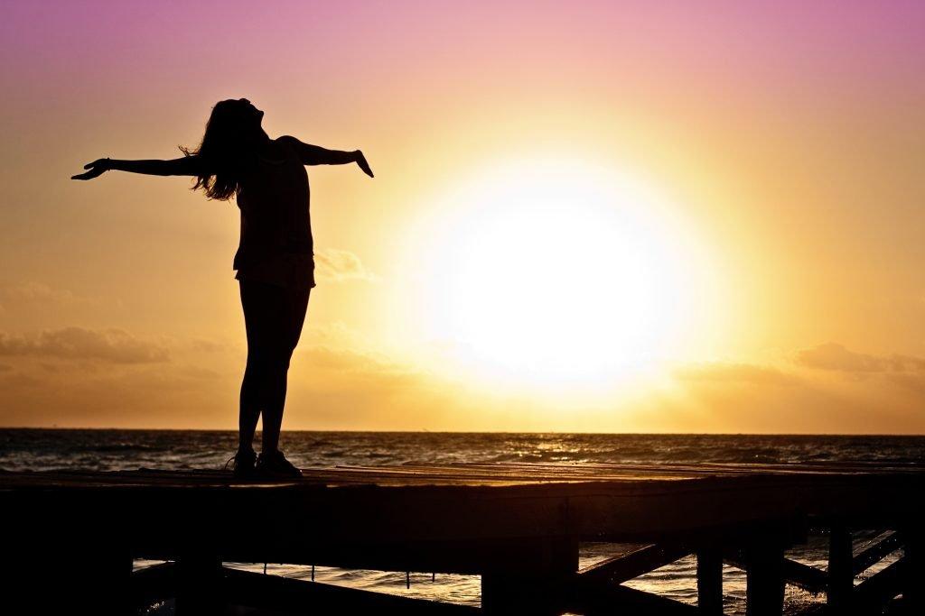 Seorang wanita berbahagia ketika mencapai kebebasan finansial