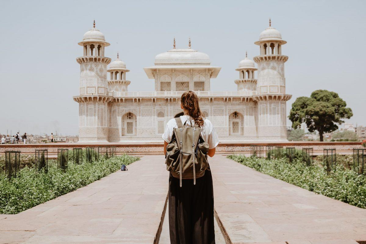 seorang gadis belia di tempat wisata