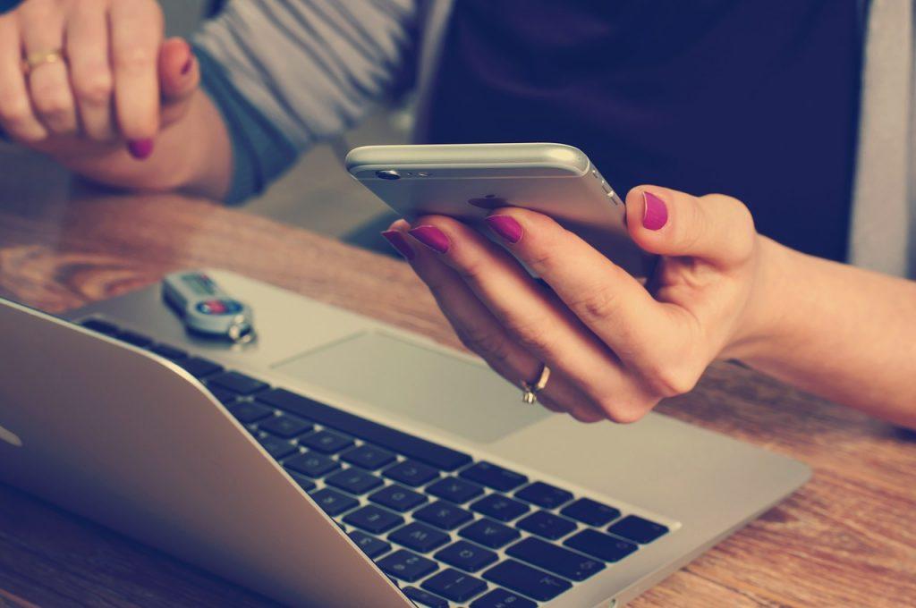 Gadget baru merupakan salah satu hal yang dapat menunjukkan status sosial seseorang.