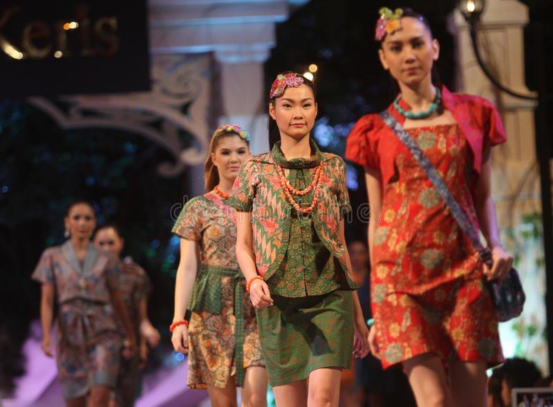 Mau Bisnis Fashion? Fokus Pada 6 Model Batik Kerja Wanita