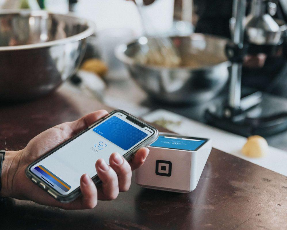 seseorang sedang menyelesaikan transaksi menggunakan aplikasi dompet digital dari smartphone