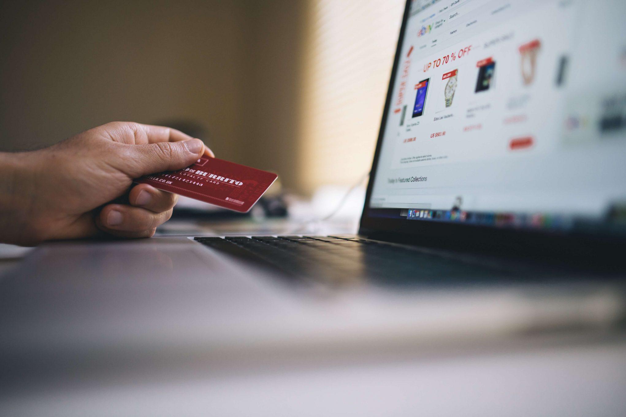Seorang pria hendak membayar belanjaan yang dibelinya dari toko online ketika harbolnas