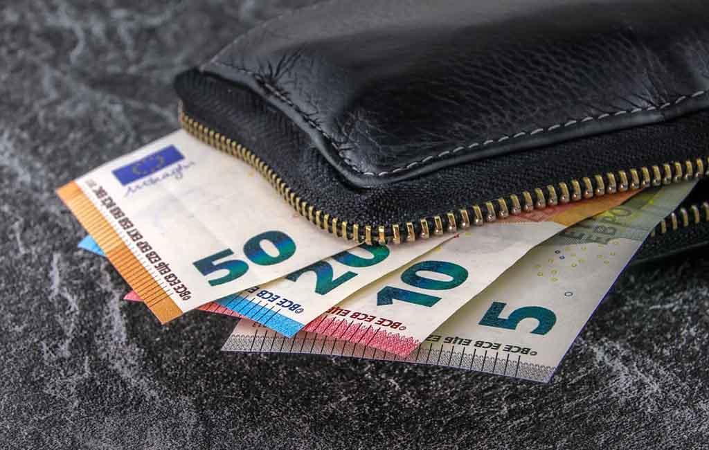 Uang Tunai Vs Uang Nontunai, Lebih Nyaman yang Mana?
