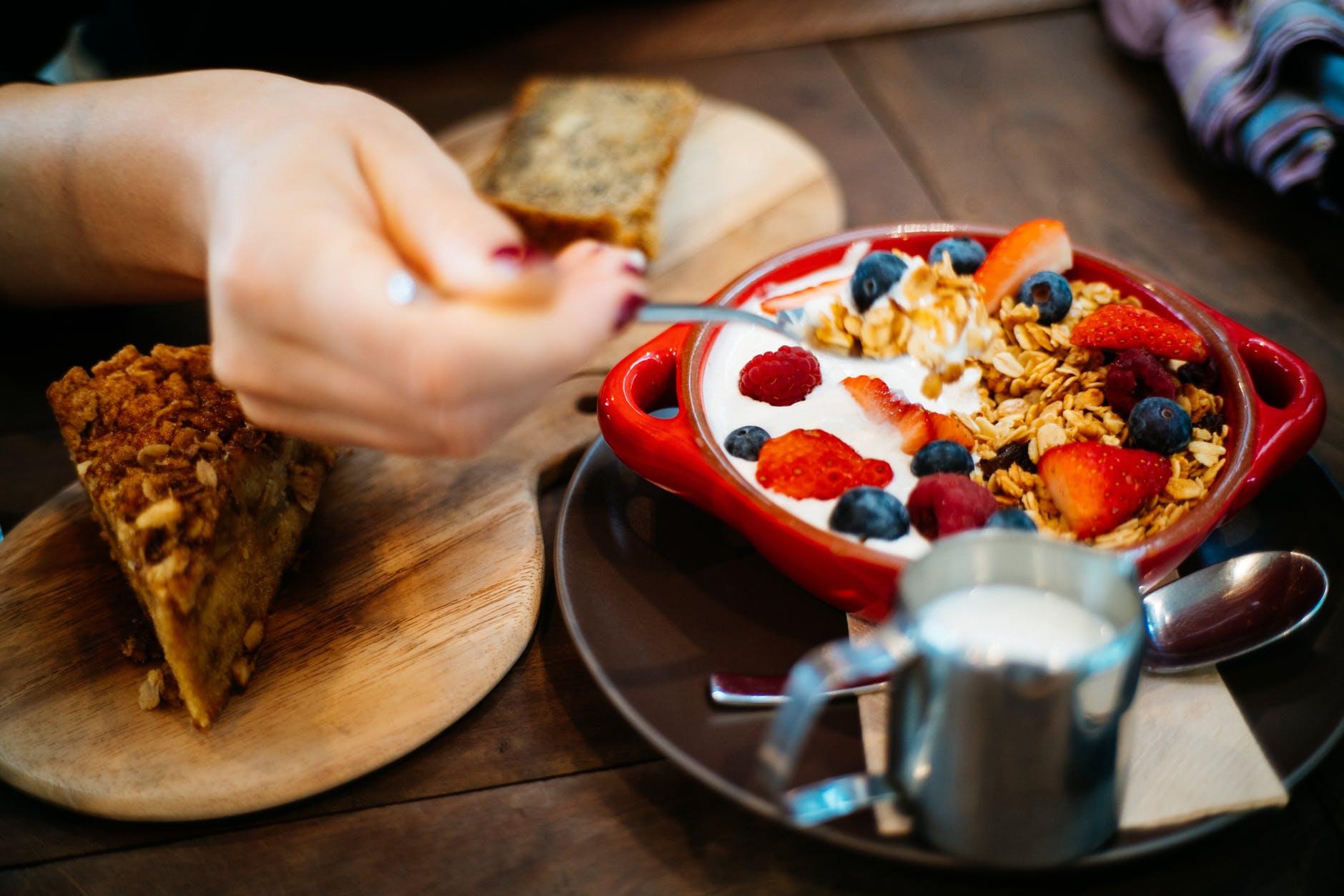 Cara Menghilangkan Stres Bekerja dengan Makanan Ringan