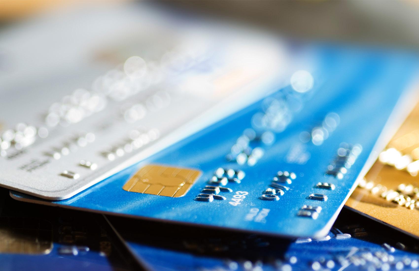 Mana yang Harus Dipilih: Kartu Kredit Atau Kartu Debit?