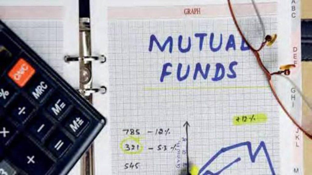 """Ilustrasi artikel Ajaib: tulisan """"mutual funds"""" dan grafik pada kertas kotak."""