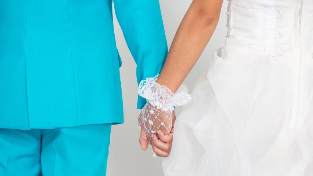 Ilustrasi artikel Ajaib tentang perencanaan keuangan: sepasang muda-mudi bergandengan tangan