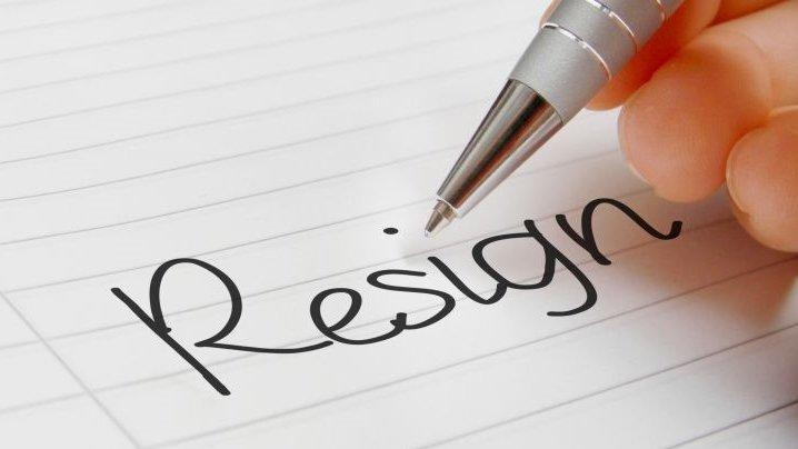 """Ilustrasi artikel Ajaib. Tulisan """"Resign"""" di atas kertas putih"""