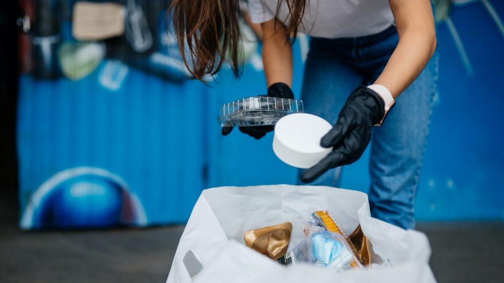 Usaha daur ulang plastik, tidak hanya menjaga kelestarian lingkungan hidup, bisnis ini juga menawarkan keuntungan sangat menarik hingga puluhan juta rupiah.