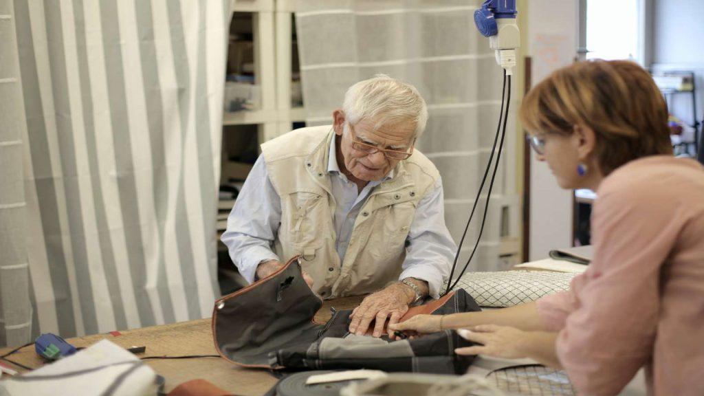 Ilustrasi Pensiunan PNS. Seorang pria sedang menjahit.