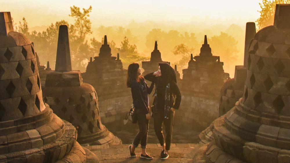 Dua orang wanita sedang liburan di destinasi prioritas candi Borobudur.