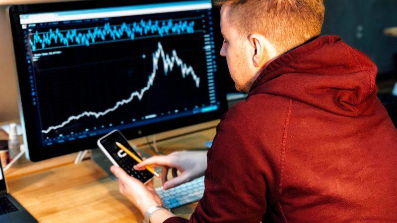 Seorang pria yang sedang melakukan margin trading.