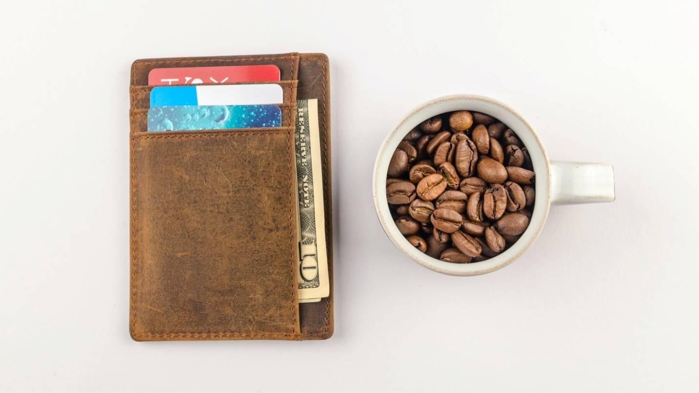 Dompet dan kopi yang menjadi ilustrasi dari latte factor.
