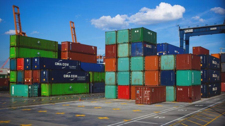 Komoditas ekspor dan impor di pelabuhan.