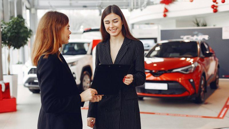 Seorang wanita yang ingin melakukan proses kredit mobil setelah survey.