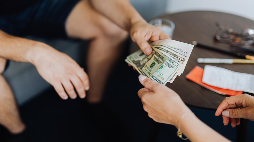 meminjamkan uang pada kerabat terdekat memang membuat dilema