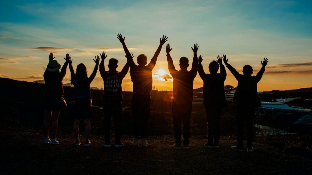 Sekelompok orang yang sedang menatap matahari menjadi gambaran melihat masa depan dunia investasi di Indonesia.