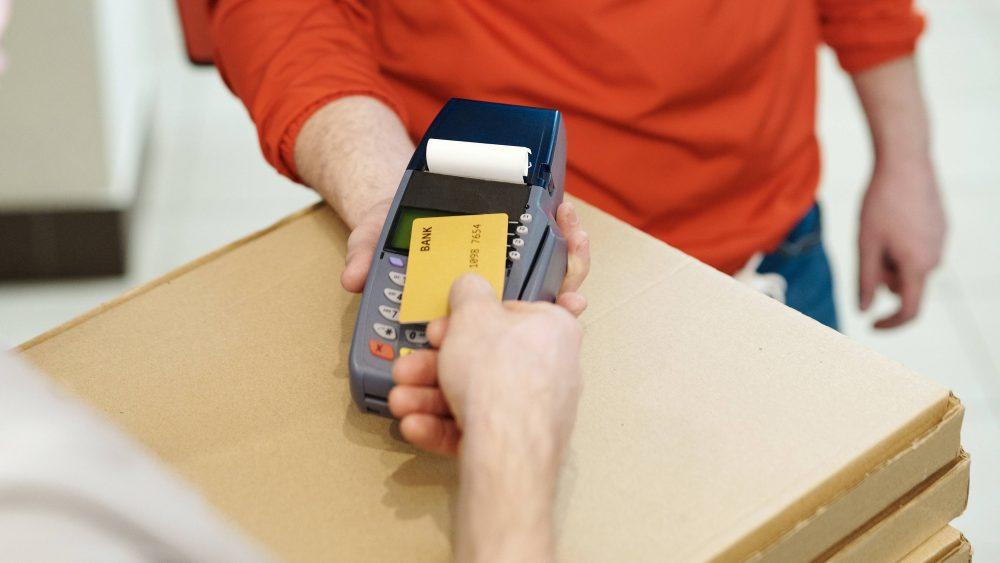 Pembayaran menggunakan kartu kredit.