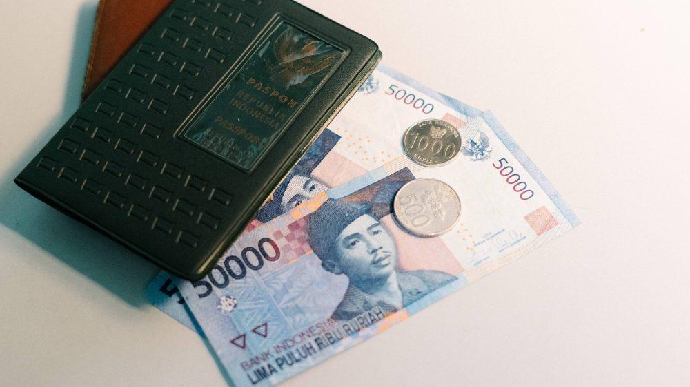 Uang rupiah yang pernah mengalami devaluasi.