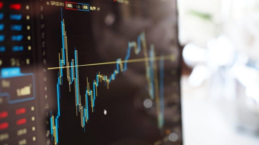 Ilustrasi faktor ekonomi mempengaruhi investasi saham.