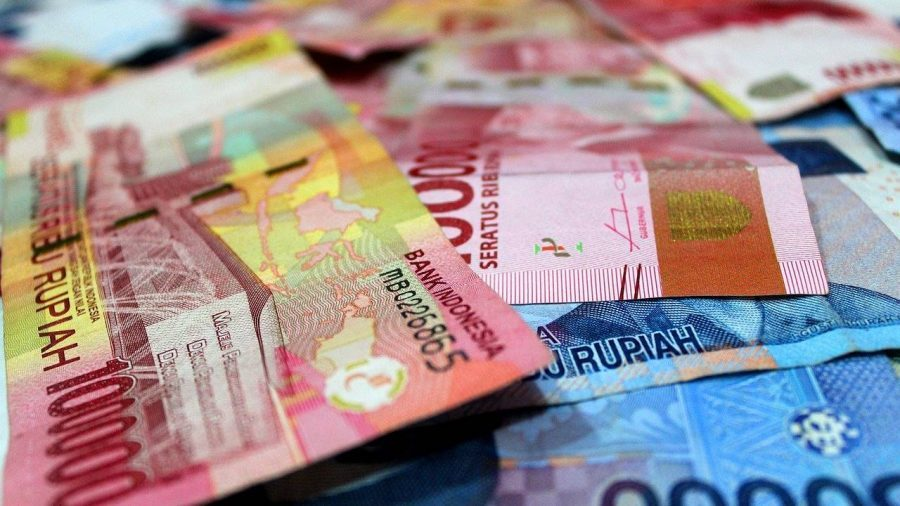 Uang kertas dengan pecahan Rp100.000 dan Rp50.000.