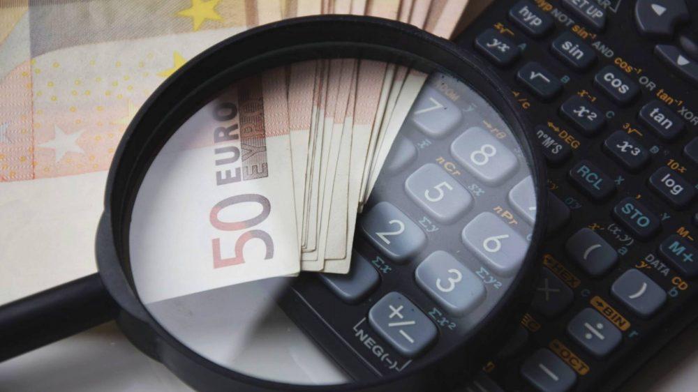 Ilustrasi kalkulator uang.