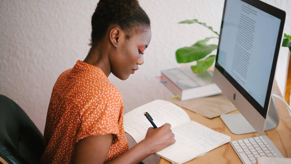 Seorang wanita yang sedang belajar bisnis.