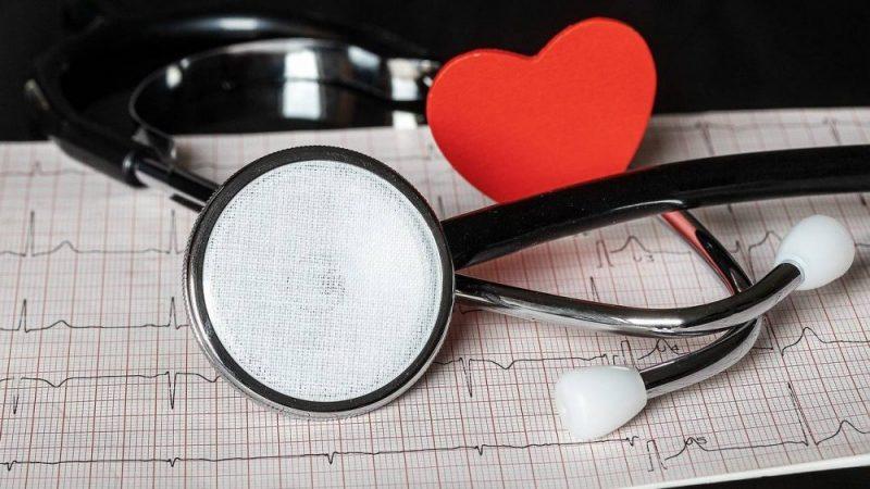 Stetoskop dan lambang hati yang menjadi ilustrasi medical check up.