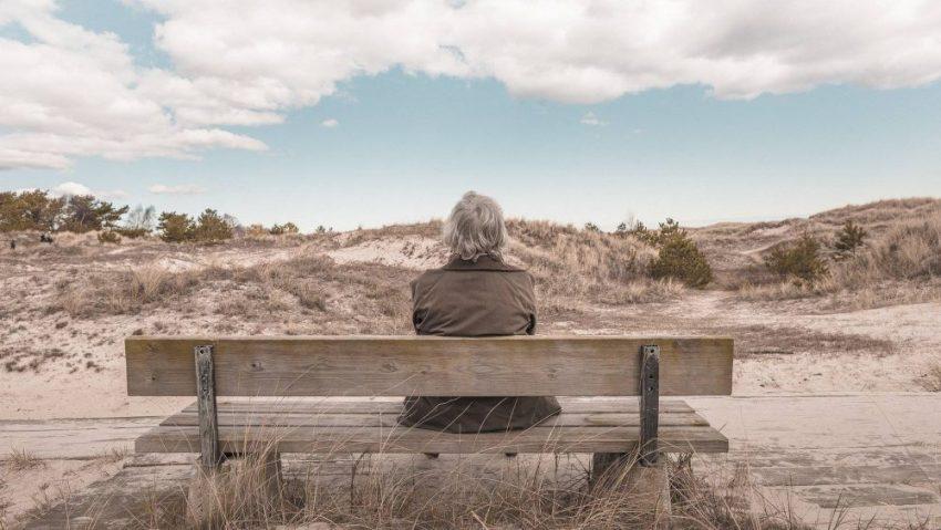 Seorang wanita berusia lanjut sedang duduk disebuah kursi.