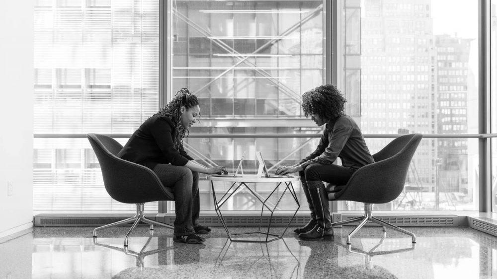 Dua wanita yang sedang melakukan proses arbitrase.