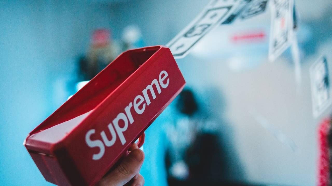 Brand streetwear Supreme.