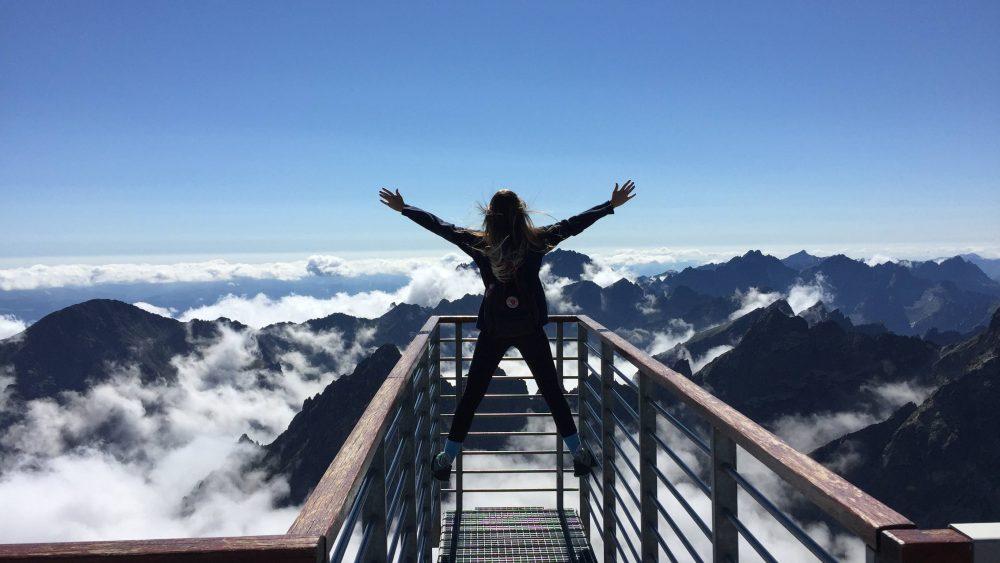 Seorang wanita yang sedang liburan seru di pegunungan.