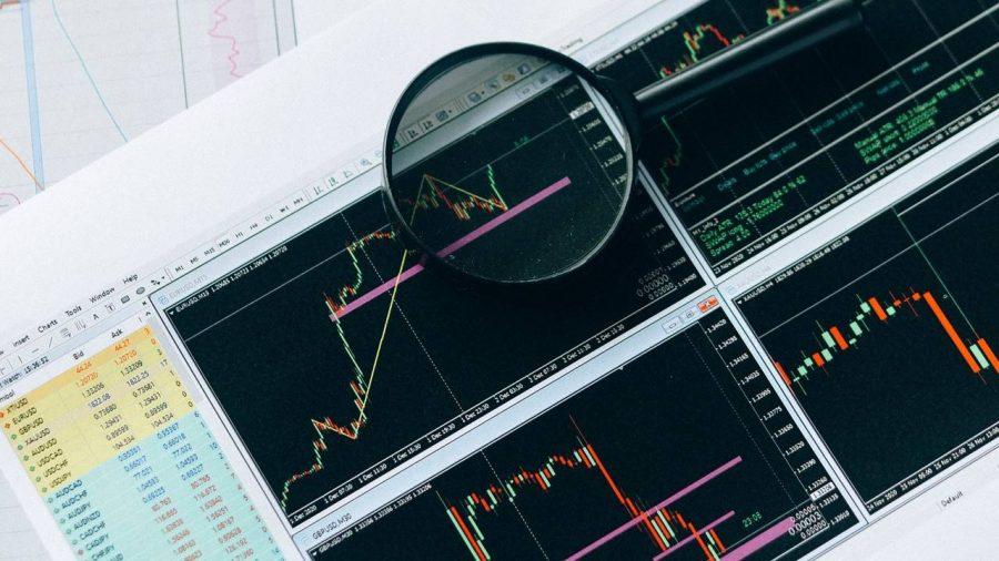 Sebuah kaca pembesar yang diletakkan di atas gambar grafik.