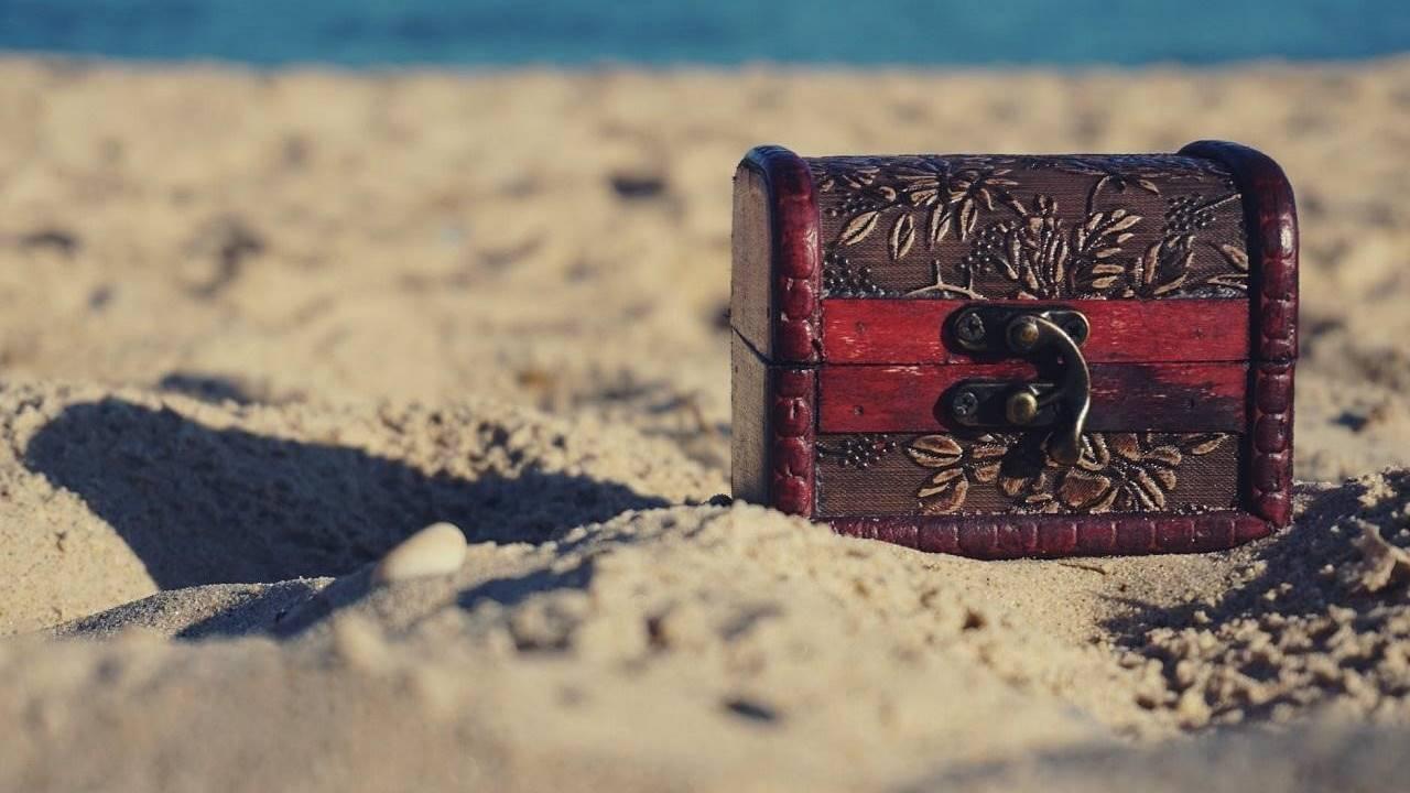Sebuah kotak waris di atas pasir.