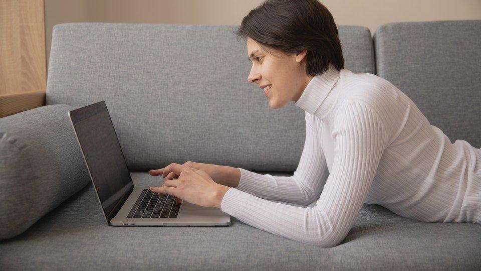 Seorang wanita yang sedang menggunakan laptop.