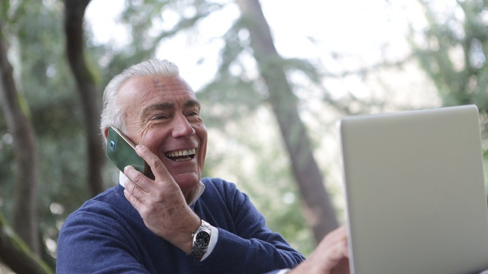 Seorang pria yang sedang berbicara di telepon.