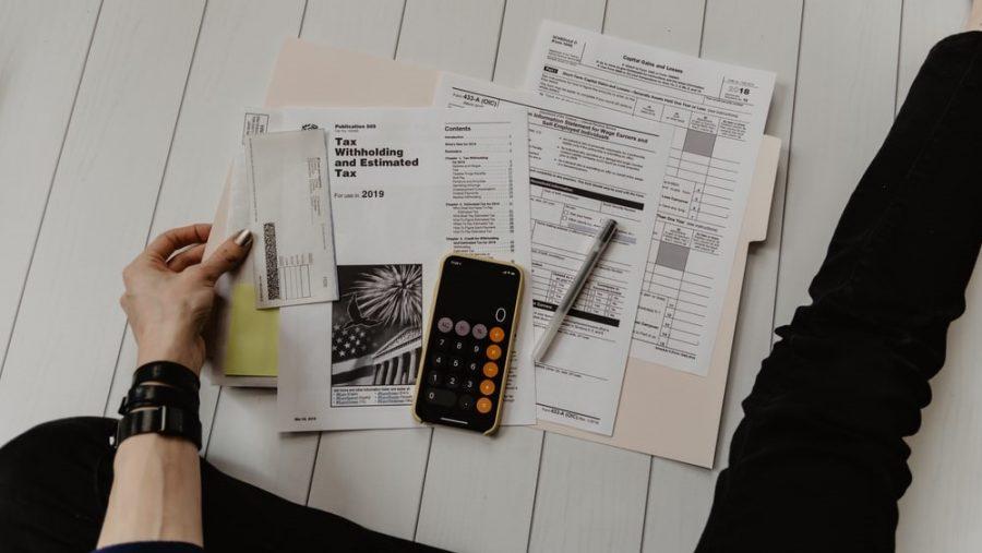 Sejumlah kertas dan kalkulator.