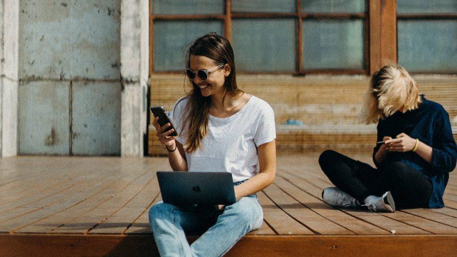Seorang wanita yang sedang melihat layar ponselnya.