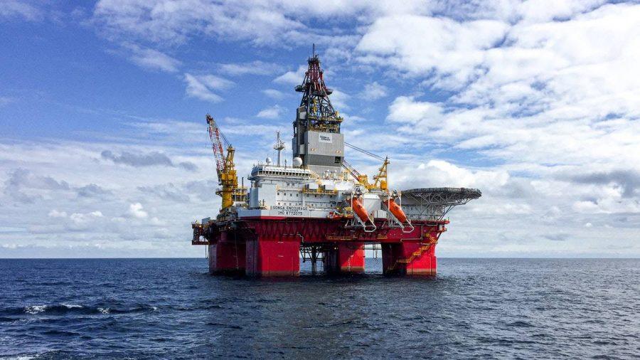 Rig pengeboran minyak di laut.