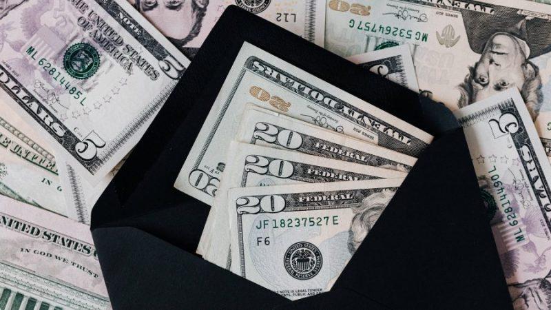 Sejumlah uang di amplop.