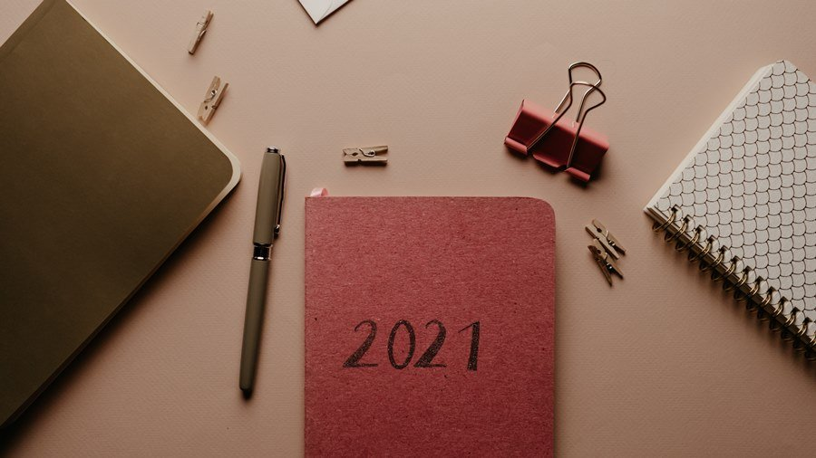 Ilustrasi buku resolusi keuangan 2021.