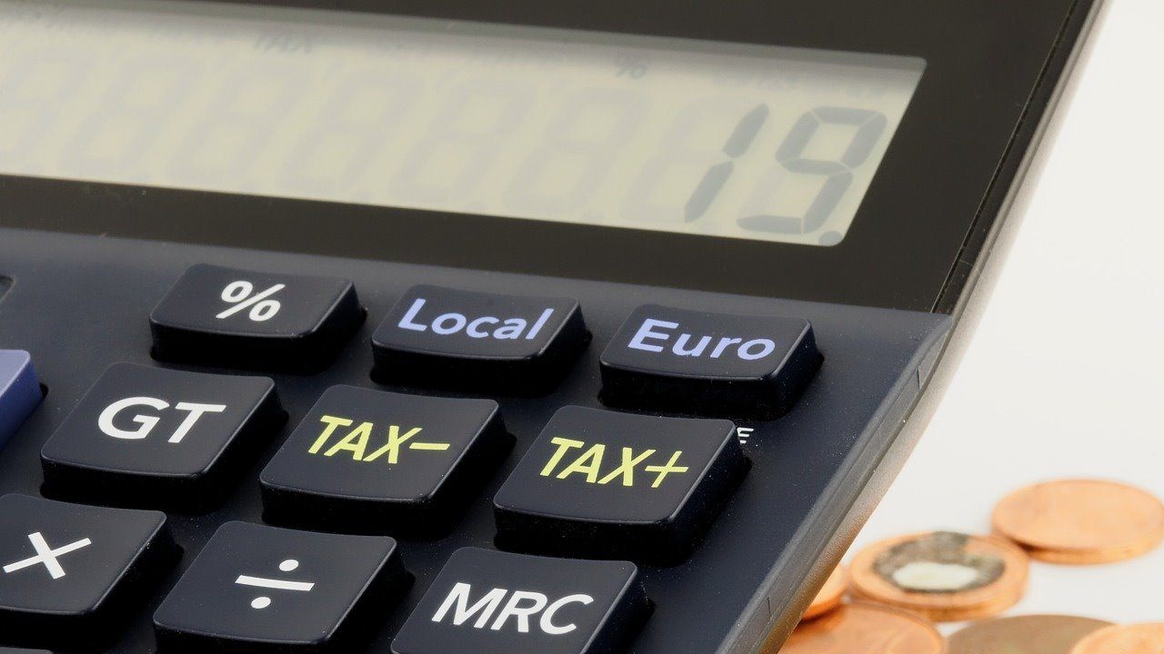 Tulisan tax atau pajak di kalkulator.